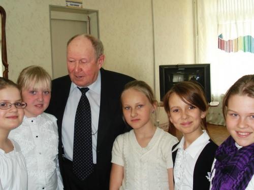 Конюшин А.Б., житель города Мончегорска, исполнитель стихов о Великой Отечественной войне - на встрече с читателями