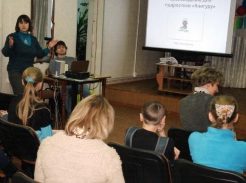 Молдавская К., литературный критик, координатор проекта, Идиатуллин Ш., писатель-лауреат конкурса «Книгуру» - на встрече с читателями